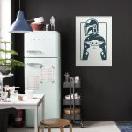 wb-sw-002-50x70_mandalorian_the_child_and_father_interieur_i_web